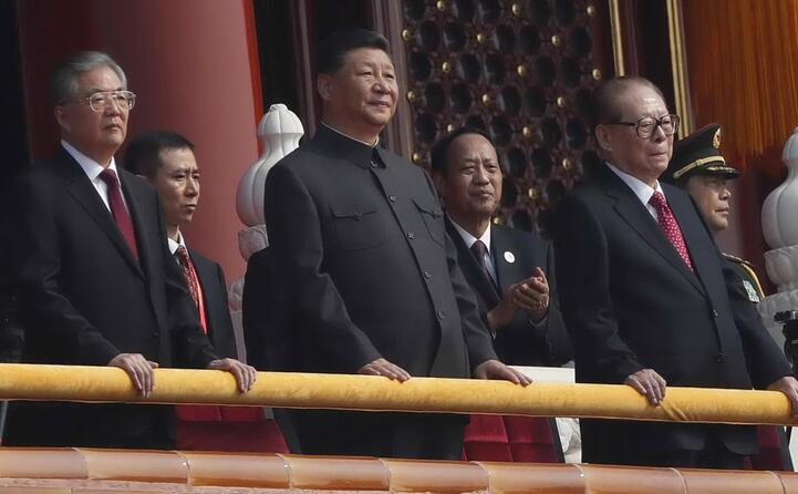 il presidente xi al centro vestito come mao