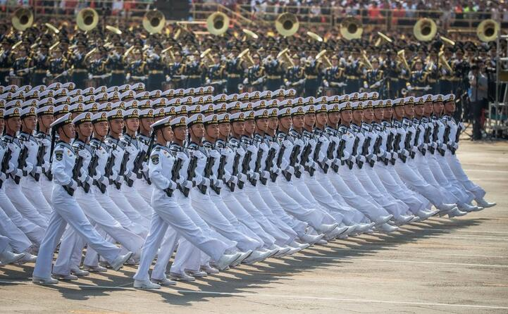 in piazza tienanmen hanno sfilato centomila persone tra civili e militari