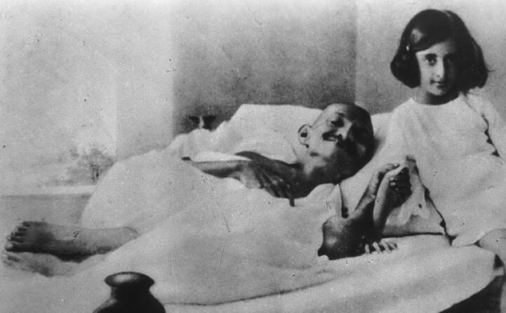 durante un digiuno nel 1924 con indira gandhi