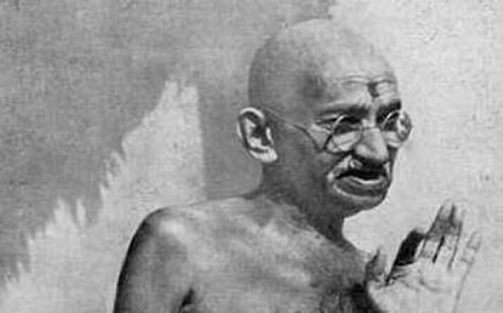 teorizza e pratica atti di disobbedienza civile per combattere la colonizzazione britannica dell india