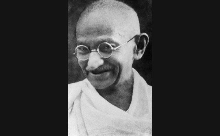 viene ucciso da un fanatico hindu nel 1948 (le foto sono wikipedia)