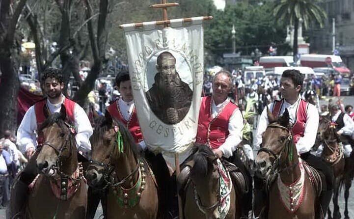 lo stendardo di fra nicola in una festa di sant efisio (archivio l unione sarda)