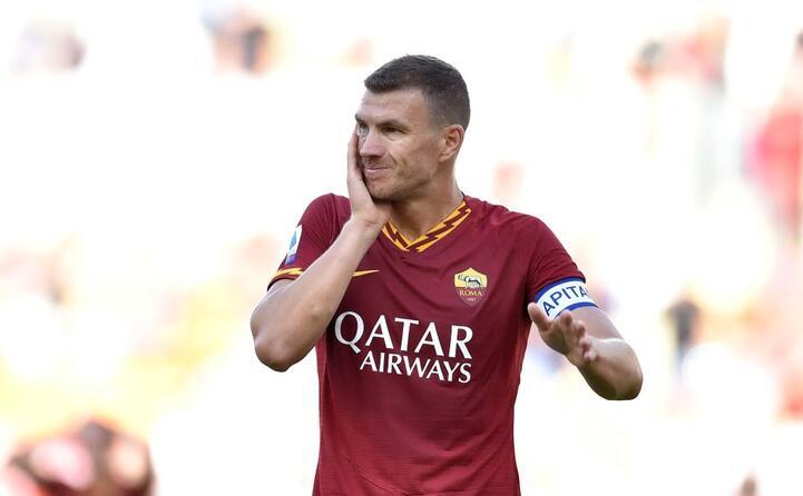 dzeko si tocca il volto dopo un colpo ricevuto (foto ansa cagliari calcio e as roma)