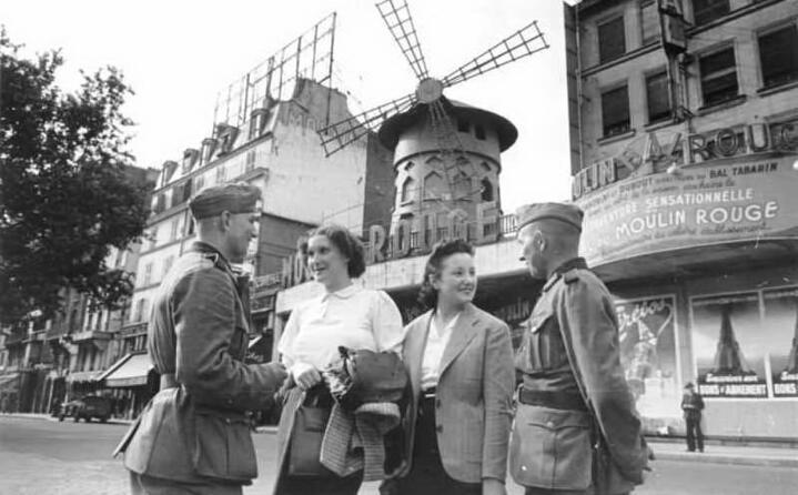 soldati tedeschi durante l occupazione di parigi nel 1940 (foto wikipedia)