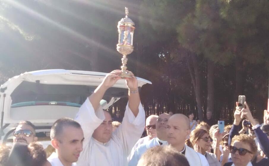 la teca con la reliquia arriva a portoscuso (foto l unione sarda pani)