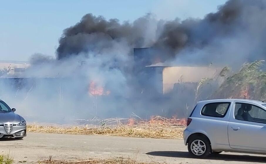 le fiamme sono divampate dietro alla struttura