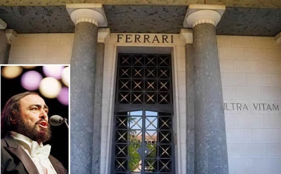 la tomba di enzo ferrari e nel riquadro luciano pavarotti (archivio l unione sarda)