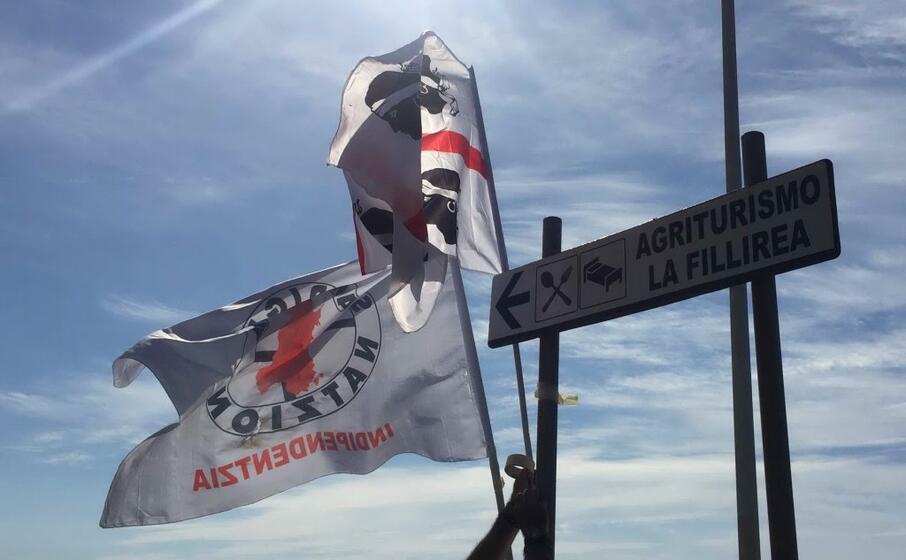 bandiere sarde sventolano a capo frasca