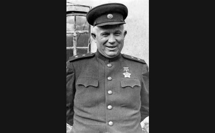 kruscev in uniforme durante la seconda guerra mondiale (le foto sono google e wikipedia)
