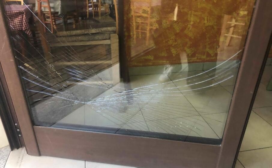 il vetro danneggiato (foto l unione sarda sirigu)