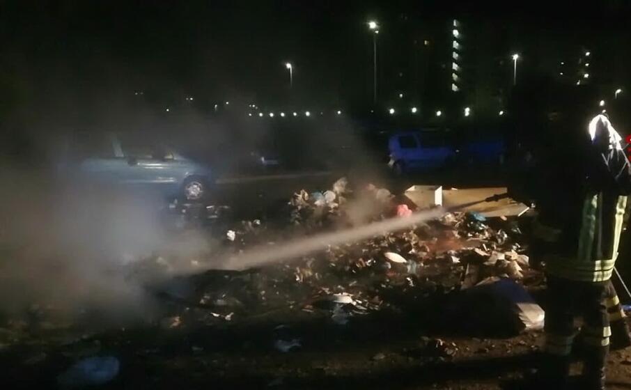 le operazioni di spegnimento delle fiamme (foto vigili del fuoco di cagliari)