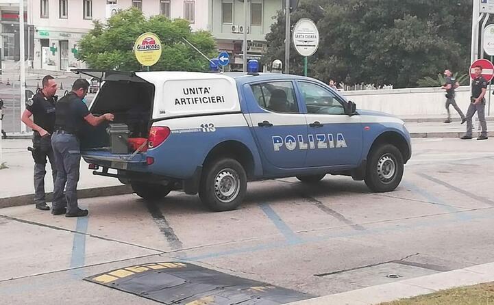 artificieri davanti al tribunale a cagliari (foto l unione sarda manunza)