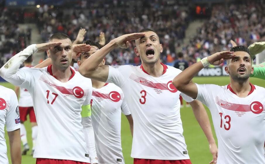 il saluto militare dei giocatori della nazionale turca (ansa)