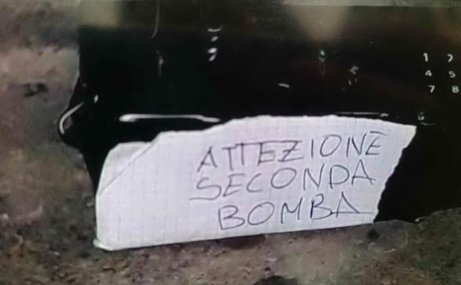 la scritta con evidente refuso recita attezione seconda bomba