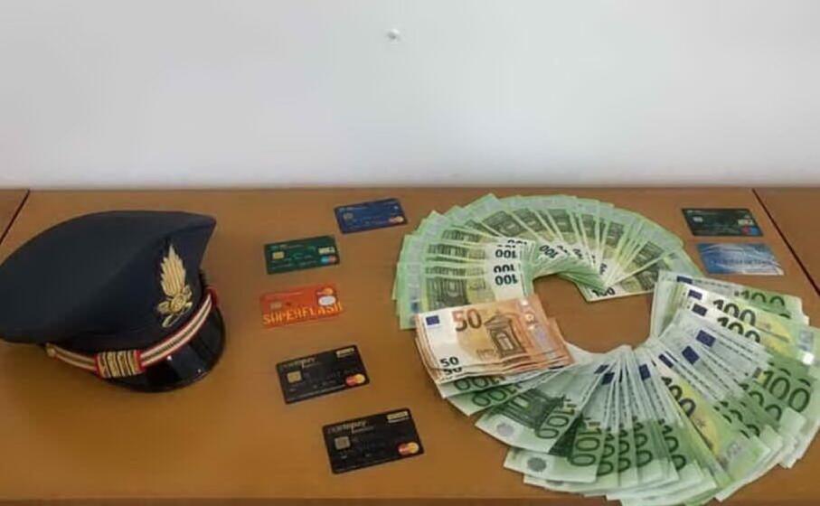 i soldi e le carte sequestrate (foto guardia di finanza)