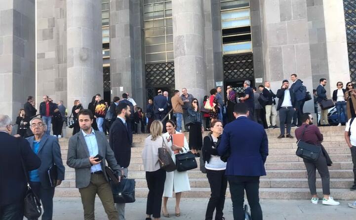 l attesa davanti al palazzo di giustizia