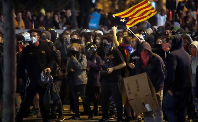 manifestanti a barcellona (ansa)