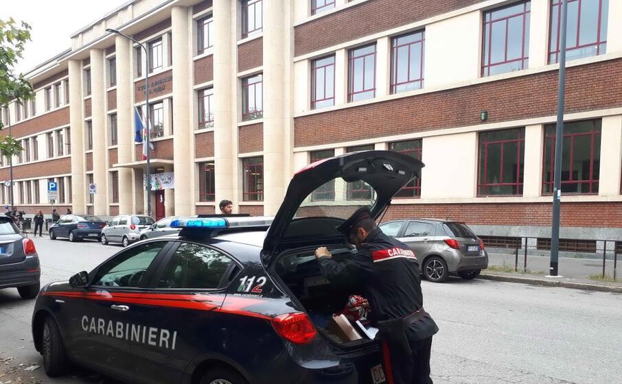 i carabinieri davanti alla scuola elementare (ansa)