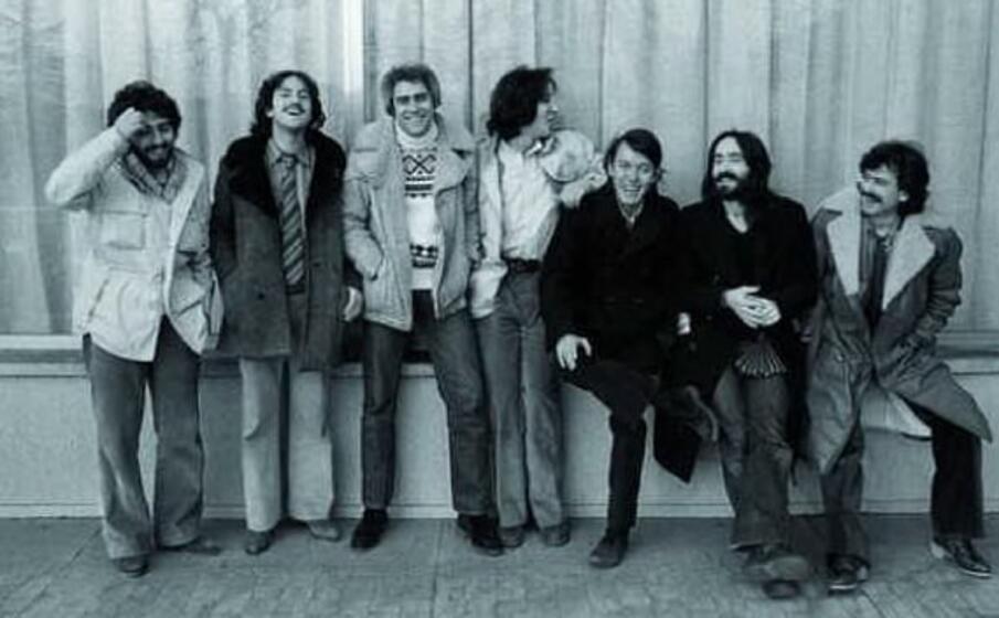 il cantautore con la celebre band (foto da google)