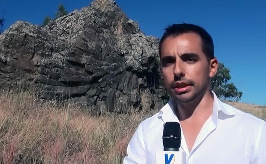 il direttore del geomuseo del monte arci luigi sanciu davanti al monumento naturale del cuscino di lava di masullas (foto l unione sarda pintori)