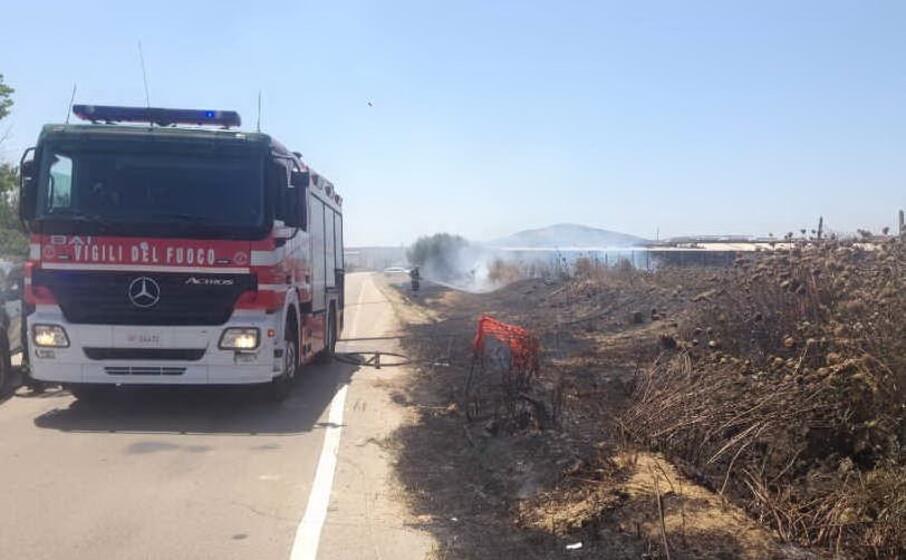 fiamme in zona industriale (foto l unione sarda pala)
