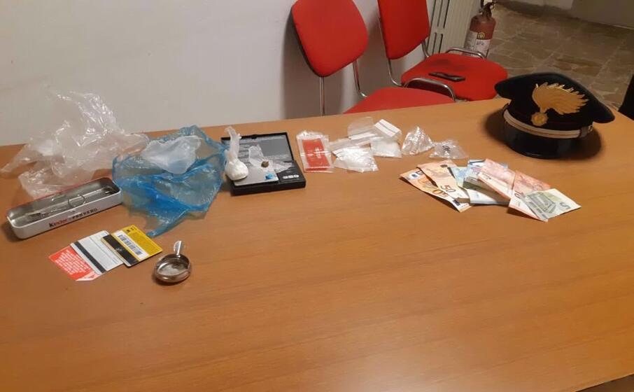 il materiale sequestrato (foto carabinieri)