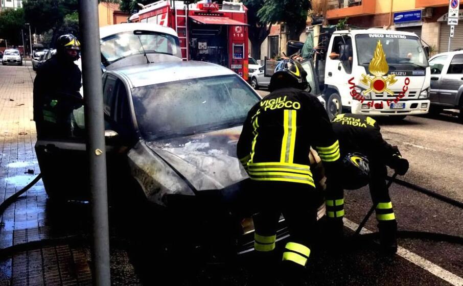 l auto bruciata (foto vigili del fuoco)