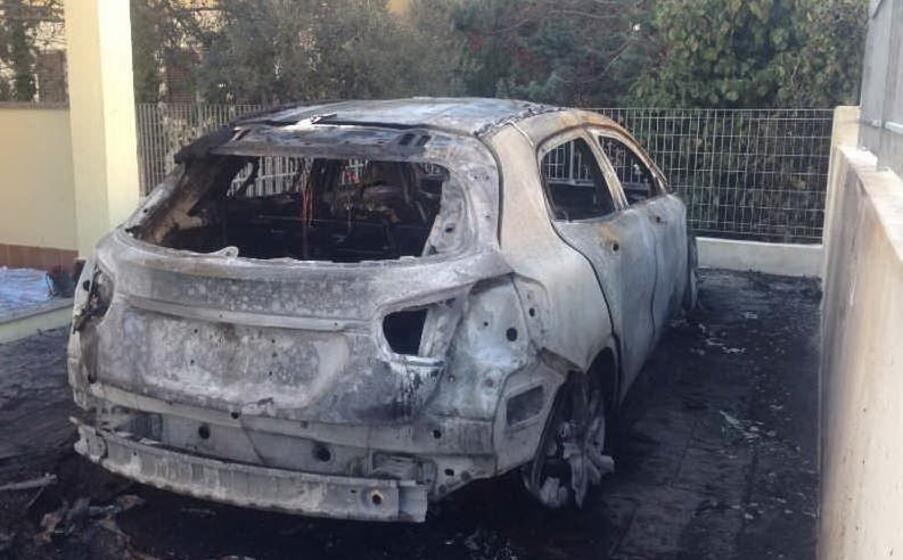 l auto incendiata (l unione sarda pala)