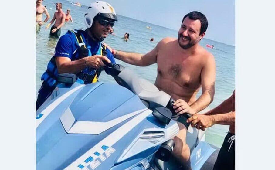 salvini al mare su una moto d acqua della polizia (archivio l unione sarda)