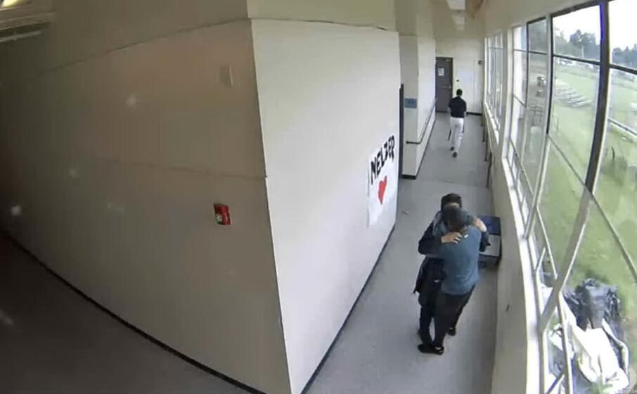 l abbraccio del prof (frame da youtube)