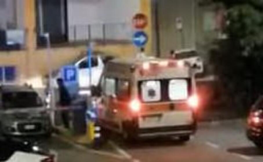 l ambulanza bloccata (foto dal lettore)