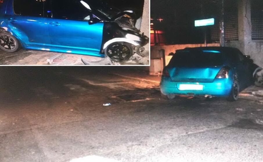 l auto finita contro il muro (foto polizia municipale)