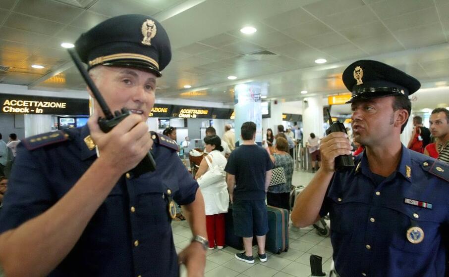 polizia a capodichino (archivio l unione sarda)