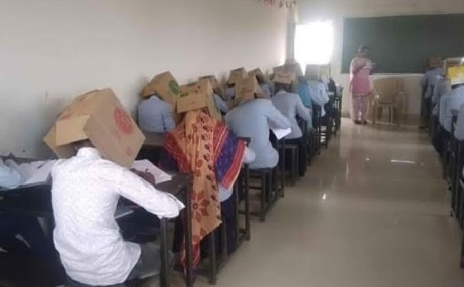 gli alunni durante il compito (foto twitter bhagat pre university college)