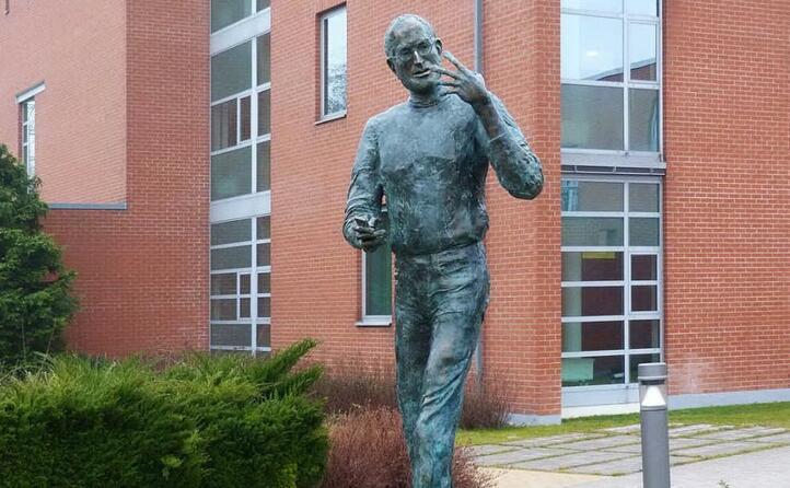 la statua raffigurante steve jobs a budapest