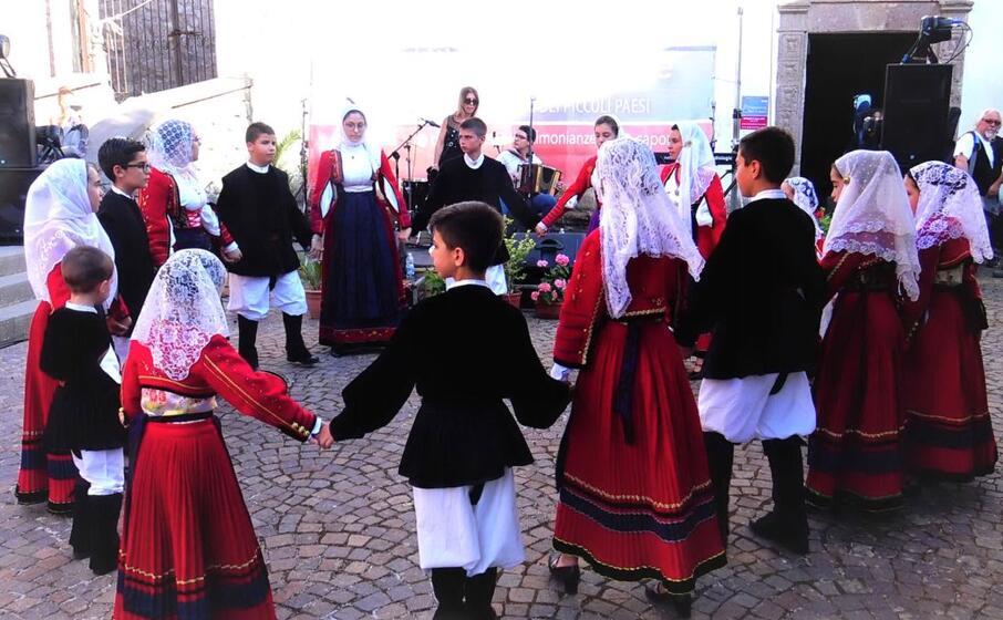 il gruppo ballo minifolk di bortigali (foto ufficio stampa)