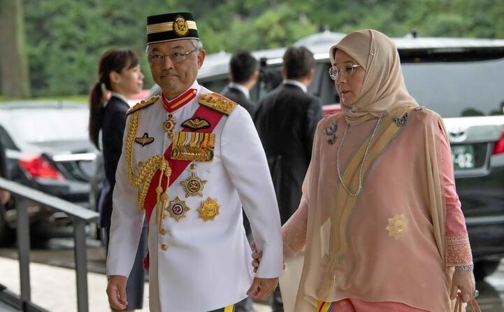 il re della malesia king sultan abdullah ahmad shaha e la moglie amirah maimunah