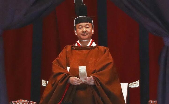 il sovrano subentra al padre akihito (in foto naruhito)