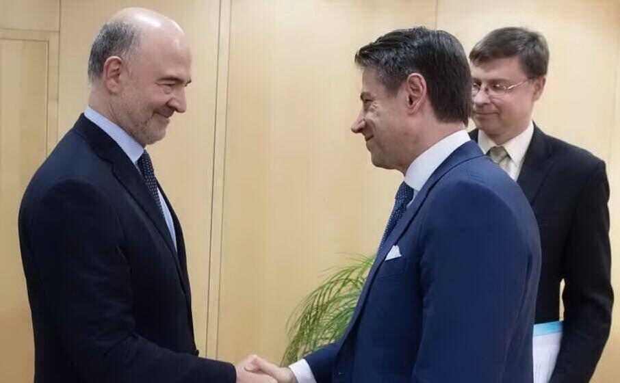 stretta di mano tra il commissario ue moscovici e il premier conte sotto gli occhi di valdis dombrovskis (archivio l unione sarda)
