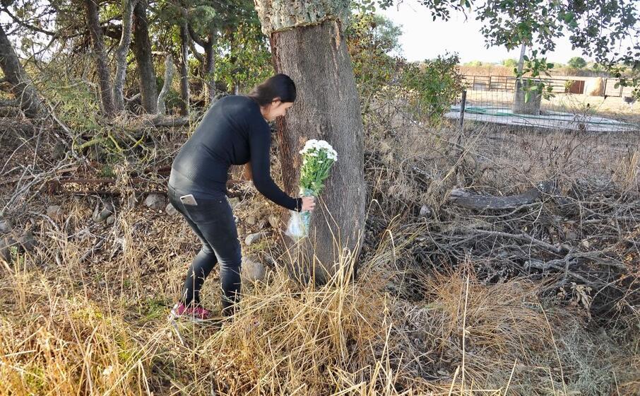 la madre di manuel sul luogo del martirio (foto l unione sarda chergia)