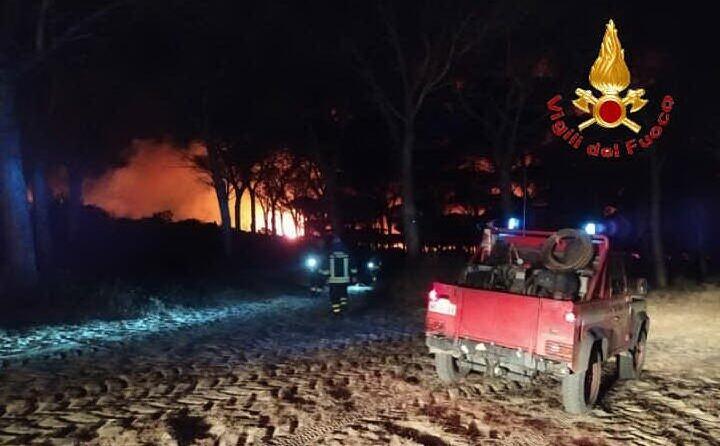 notte di fuoco nell oristanese (foto vvf)