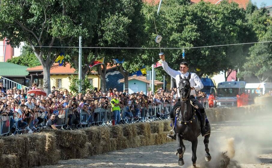 la sortjia un cavaliere infilza l anello (foto l unione sarda cucca)