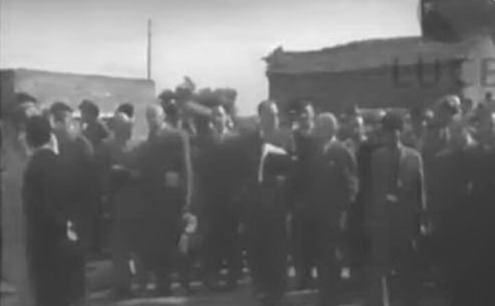 il fermo immagine di un video mostra una delle tappe (foto istituto luce)