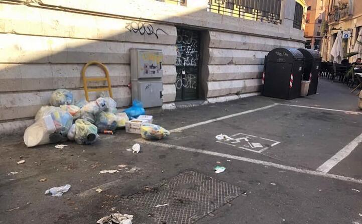 a villanova quartiere di cagliari siamo sommersi dalla spazzatura ecco via eleonora d arborea la foto inviata da un residente (01 07 2019)