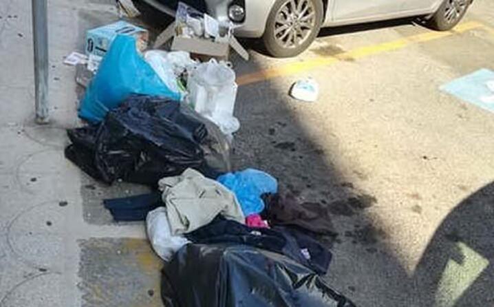 la gente continua a depositare l immondizia come se non si accorgesse che non ci sono pi i cassonetti la foto di romina lai scattata in via tuveri a cagliari (25 09 2019)