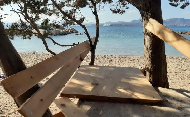 qualcuno ha realizzato questo scempio nella famosa spiaggia di li cuncheddi in zona olbia la foto inviata da gavino pinducciu (02 10 2019)