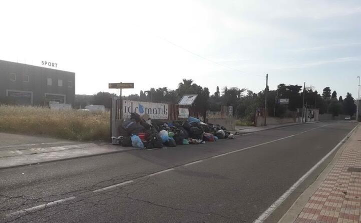 spazzatura abbandonata in via renzo laconi a cagliari la foto del lettore massimiliano (03 05 2019)