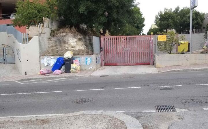 una situazione poco igienica in via is maglias davanti all istituto azuni di cagliari l immagine inviata da valeria mascia (14 10 2019)