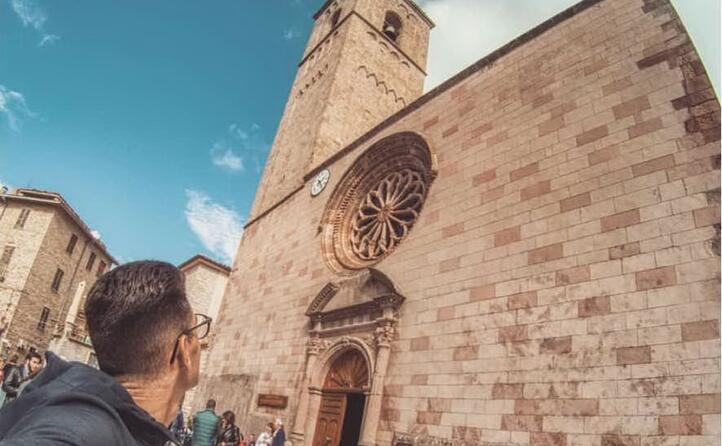 ammirando la chiesa di san gavino e il suo rosone in stile gotico (foto michele_travel_couple)