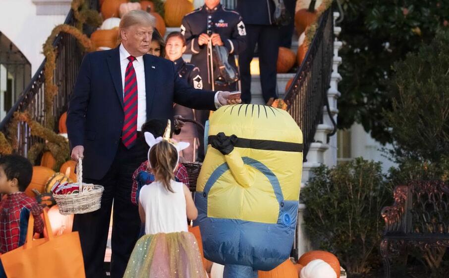 il presidente usa regala dolci ai bimbi in costume